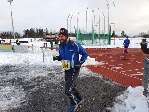 HEL: Morten Nygaard på vei ut for å løpe siste runde i sitt helmaraton.