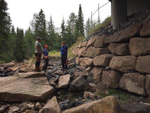 RAS: Store steiner har rast ned fra muren under E16, noe som gjør framkommeligheten vanskelig.