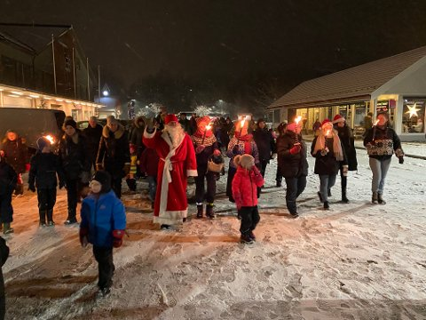 I 2019: Det gikk fakkeltog med julenissen i spissen fra Augedalstorget til Brandbu sentrum før julegrantenninga i fjor. I år blir det drive-in-nisse.