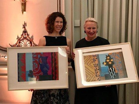 Prismottakere: Ulla-Mari Brantenberg (til høyre) mottok Steenbergprisen. Samtidig mottok danseren Elizabeth Svarstad Pareliusprisen. Begge mottok et grafisk blad av Hilde Vemren, som er laget spesielt til prisene.