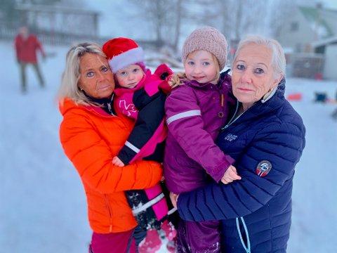 TRAGISK: – Vi synes det er tragisk at barnehagen skal legges ned, sier mormor Hanne Stensrud med Evelin Raade (3) på armen og mormor Brynhild Gulbrandsen med Iris Sol Arnadottir (4).
