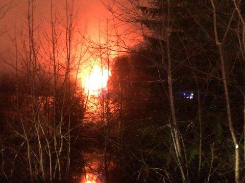 Det brøt ut brann i en enebolig på Jevnaker fredag kveld.