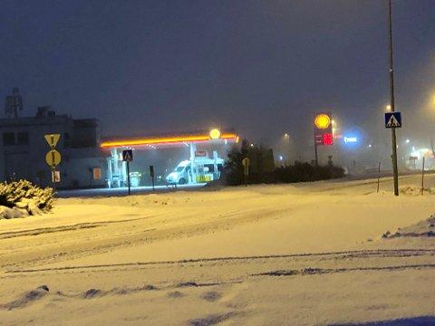 GLATT: Statens vegvesen melder om stedvis glatte veger. Slik så det ut i Gran sentrum klokka 08.10 lørdag morgen.