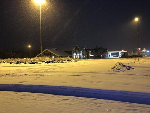 SNØVÆR: Søndag klokka 08.10. Snøvær og vind og veger som ikke er brøytet ennå.