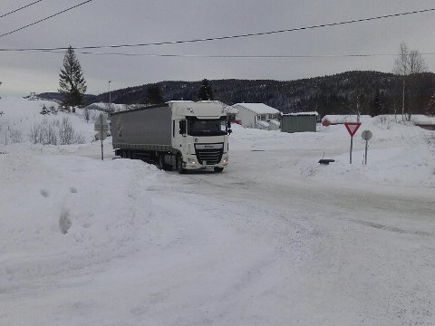 STÅR FAST: Et vogntog på Grua har kjørt seg fast.
