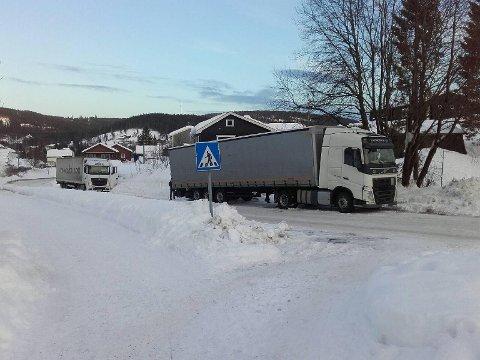 KAOS: Det var tidvis mye kaos i forbindelse med omkjøringen om Grua i januar og februar, blant annet fordi store kjøretøy forvillet seg på veger de ikke skulle vært på. Disse kjøretøyene sto fast i bakken nedenfor krysset Myllavegen/Sveavegen på Grua, et gjentakende problem.