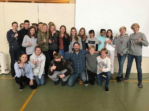 På besøk: Petter uteligger besøkte 8. trinn ved Gran ungdomsskole.