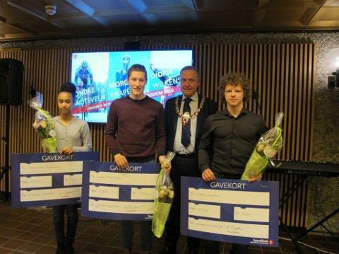 PRISVINNERE: Morgan Brit Knaplund, Sondre Midtsveen og Didrik Wilkens mottok Jevnaker kommunes hederspris for ungdom torsdag kveld. Her er de sammen med ordfører Lars Magnussen.
