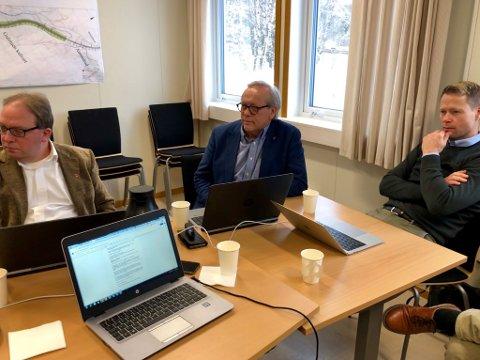 LUFTET MILJØGATA: Fredag fikk kommunalsjef Leif Arne Vesteraas (til venstre) og ordfører i Gran, Willy Westhagen (i midten) snakke om miljøgata gjennom Gran sentrum i riksveg 4-forum.