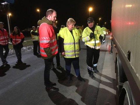 KONTROLL: Statsminister Erna Solberg og samferdselsminister Jon Georg Dale har kontrollen også på Ørje tollsted.