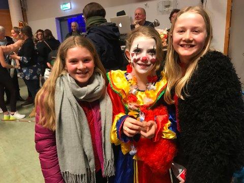Fornøyd publikum: Marte Dalstrand (11) og Tora Marie Velo (12) sammen med klovn Ebba Velo Grina (12).