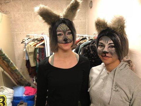 """Emma Grua Hagen (14) og Madelen Kveum (14) gleder seg til å spille ulv i årets oppsetning av """"Rockeulven""""."""