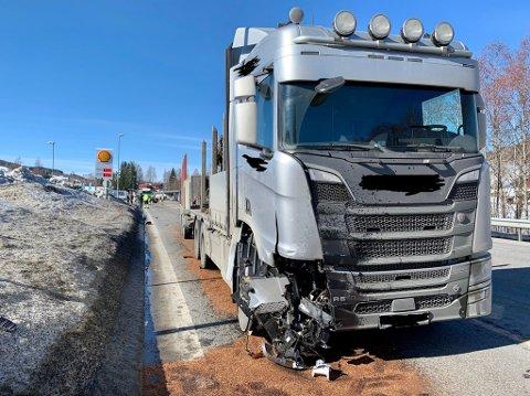 SMELL: Lastebilen har fått en smell i siden etter ulykken.