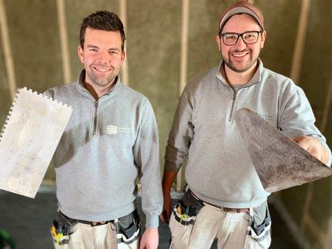 MUR OG FLIS: Iver Frydenlund (til venstre) og Erik Tofsrud Lunde utgjør Hadeland mur & flis.