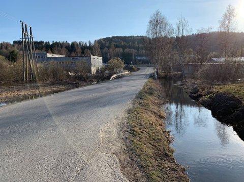 GRØFTET: Ved Bilskaden på Jaren var det oversvømmelse i 2019. I år er det gjort tiltak langs vegen for å ta unna vannet.