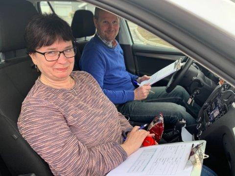 TELLER: Anne Irene Evenrud og Trond Rune Smedsrud i Statens vegvesen teller i rundkjøringa i Gran.