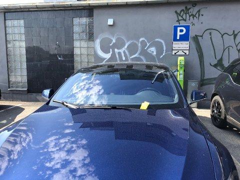 Chris Gati er oppgitt etter at han fikk parkeringsbot da han ladet elbilen sin. – Merkelige regler, sier han.