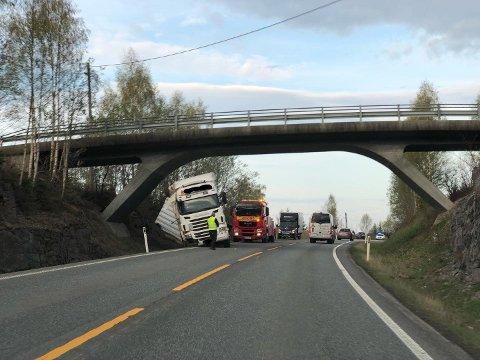 AV VEGEN: Et vogntog har problemer på E17 tirsdag morgen.