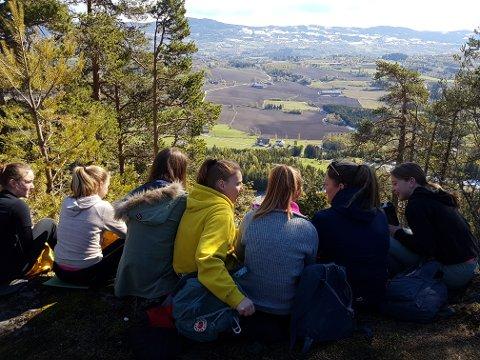 FIN UTSIKT: Utsikten fra toppen av Sølvsberget er flott, og været var også på deltagernes side.