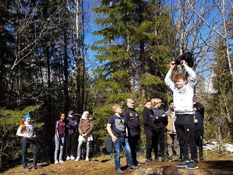KONKURRANSE: Elevene ble utfordret på støvelkastekonkurranse på toppen.