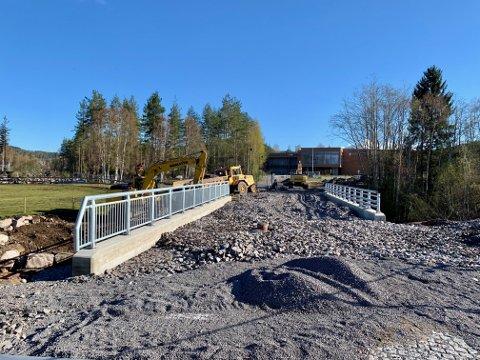 SNART KLAR: Den nye brua fra Elvefaret og inn til Harestua Arena skal være ferdig om en måneds tid.