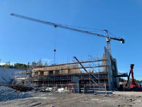 REISER SEG: Arbeidet med det nye sykehjemmet på Harestua er godt i gang. Dette bildet er tatt 13. mai.