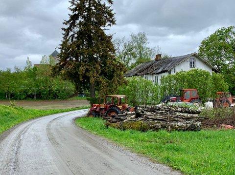 NÆR SKOLEVEG: Denne gården ligger tett på skolevegen som går til Sanne skole, og like ved Søsterkirkene på Granavollen. Torsdag var den tema i kommunestyret.