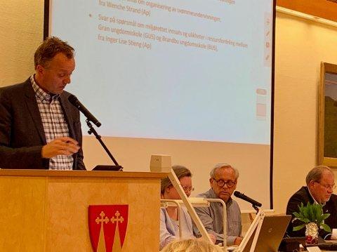 KOMMUNEVÅPEN: Morten Hagen, Gran Bygdeliste, spurte om bruk av kommunevåpen torsdag kveld.
