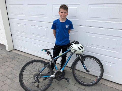 BRUK HJELM: Jonas Buraas Dyrnes (11) er glad for at han brukte hjelm da uhellet var ute.