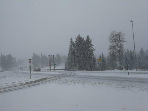 VANSKELIGE KJØREFORHOLD: Slik så det ut på Lygna like over klokken 7.30 mandag morgen. Torsdag er det meldt snø igjen.