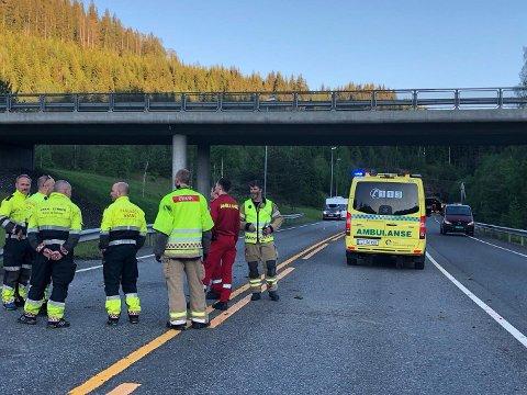 PÅ PLASS: Politi, brann og ambulanse er på plass på ulykkesstedet.