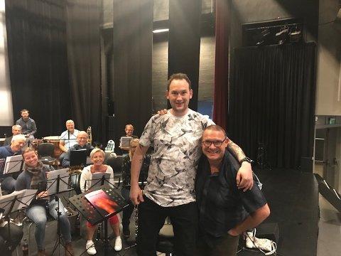 TO DIRIGENTER: Eirik Rosø Pladsen og Espen Aslaksen dirigerer hver sine numre på konserte på Hadeland Glassverk søndag.