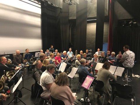 MANGE: Korpset som spiller på glassverket lørdag teller rundt 50 musikanter.