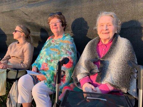 FØRSTE RAD: Foran tribunen var det lagt til rette for noen ekstra sitteplasser. Ragnhild Dihle (89) til høyre i bildet fikk plass der. Hun var strålende fornøyd med forestillingen, men ikke helt fornøyd med stolen som var litt vond å sitte på.