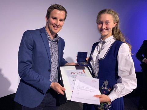 ELEVPRIS: Per Erik Mæhlum fra Lillehammer Olympic Legacy Sports Centre delte ut prisen til Guro Bakken Andresen.