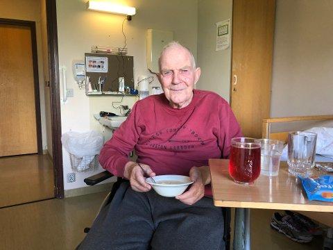 IKKE REDD: Anders Holmstykket (86) var ikke redd da han ble innestengt i heisen, og det skremmer han ikke fra å ta den igjen.