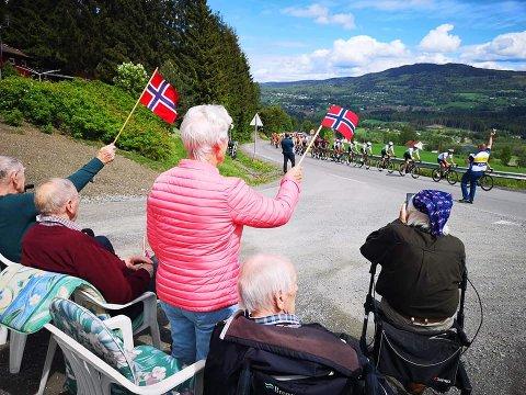 FLAGG: Beboerne på Granhøi hadde med seg flagg og heiet fram syklistene. Noen av beboerne sørget også for å ta bilder og video, slik så mange andre langs løypa gjorde.