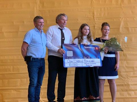 STIPEND: Oda Støen Kolkinn fikk stipend fra Magnar Lundemos Minnefond. Her er hun sammen med Øyvind Slungård (til venstre), Hallgeir Martin Lundemo og ordfører Kari Anita Furunes.
