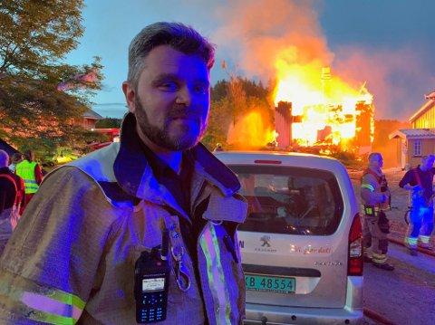 ETTERARBEID: Leder for brannberedskap i Lunner Gran, Per Ansgar Østby, forteller om et omfattende etterslukkingsarbeid når en bygning brenner ned til grunnen. Bildet er fra brannen på Vestre Gran natt til lørdag.