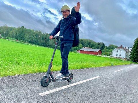 FRISK LUFT: Trond Lysenstøen synes det er deilig å starte dagen med frisk luft og naturskjønne omgivelser. – Fuglene kvitrer og det er deilig å få lukta av syriner og kumøkk rett i nesa, sier 48-åringen.