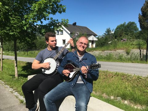 Noah (til venstre) og Emil (til høyre) fanget manges oppmerksomhet når de tok fram sine musikalske merksnodigheter.