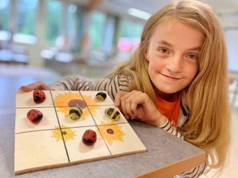 INSTRUKTØR: Eva Brandrud (13) fra Roa er instruktør på Lunner husflids sommerskole. Her med et sommerlig bondesjakkbrett som hun har laget selv.