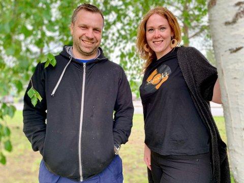 INVITERER TIL FEST: Mats Remi Johnsrud og Linda Nordseth gleder seg til årets Sagstokk, og håper mange kommer på både dag- og kveldsarrangementet.