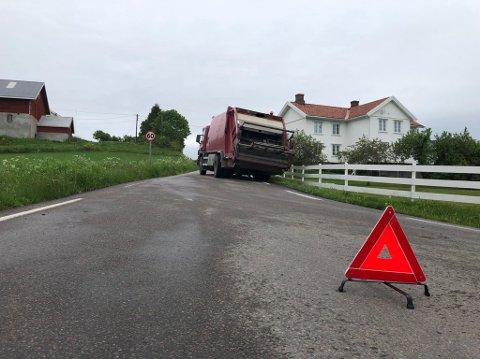 SPERRER VEGEN: HRA-bilen har sperret vegen i Røysumslinna.