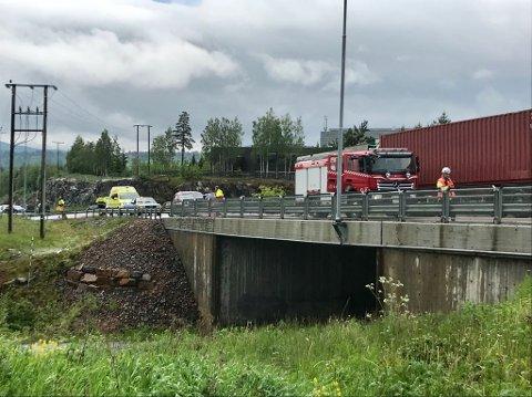 ULYKKE: Tre biler er involvert i en ulykke i på riksveg 4 i Mohagen-krysset.