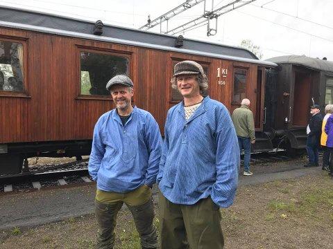 VETERANTOG: Bygdefolket stilte mannsterke da veterantoget kjørte inn på Grindvoll stasjon. Morten U. Øiom og Knut Erling Moksnes møtte opp i tidsriktig bekledning.