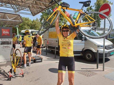 ENDELIG FRAMME: Wenche Johansen løfter sykkelen sin stolt i været etter at hun har kommet i mål i Paris.