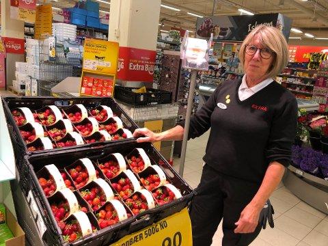 STORT PROBLEM: Assisterende butikksjef ved Coop Extra på Gran, Bjørg Kari Granlund forteller at folk som forsyner seg av jordbær er et stort problem i butikken.