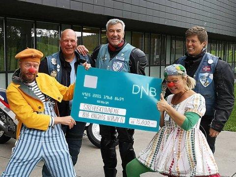 GAVE TIL KLOVNENE: Karl Erik Hytten, Tor Arnt Roko og Elin Lien fra Blue Nights Norway II overrakte 15.000 kroner til Sykehusklovnene på Ahus.