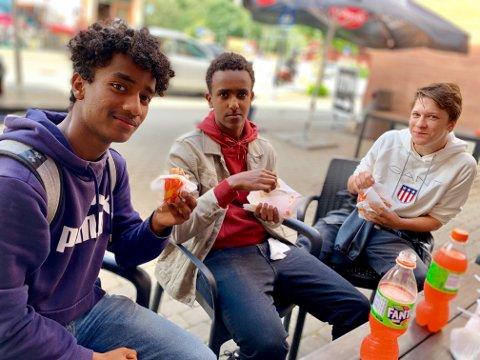 KOSTE SEG: Kalieb Weldu (18, fra venstre) fra Grua, Lamek Tesfazghi (17) fra Jevnaker og Hans Frøslie (16) fra Lunner koste seg med kebab.